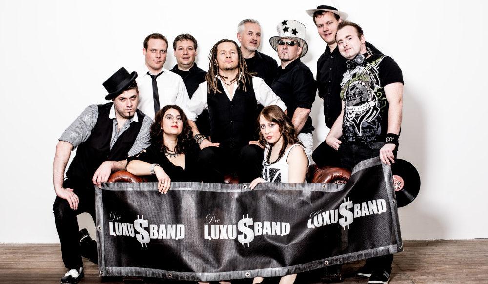 Die Luxusband besteht aus erfahrenen Musikern, die schon viele Veranstaltungen im In- und Ausland bespielt haben. Diese Erfahrung garantiert dem Publikum ein rundum gelungenes Erlebnis, für die Ohren und die Augen!